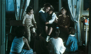 El guionista de la serie participó en el guion de 'El orfanato'.