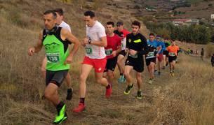 Álvaro Ramos cruzó la meta sobre los hombros de su compañero Javier Lizarra en la prueba de 14 kilómetros
