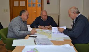 El alcalde de Andosilla Manuel Terés, el agricultor Amado Boleas Azcona y el técnico de INTIA Alejandro Díaz en una de las reuniones mantenidas para ultimar la concentración de 420 ha del sector Ega 6.