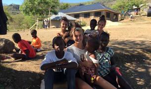 De izda. a dcha., Marta Lavilla, Amaia Ibáñez y Noelia Osés, junto a varios niños del orfanato en Kenia.