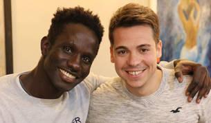 El senegalés Moussa Diop posa junto a su amigo Noel Goñi en el bar The Place de San Adrián.