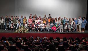 Foto de familia de todos los deportistas premiados en la Gala del Triatlón Navarra en el escenario del centro cultural Los Llanos.
