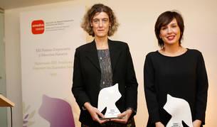 Laura Arzoz y Ana Goyén posan con los premios a empresaria y directiva del año