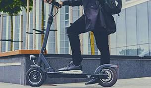 foto de Un hombre en patinete eléctrico.