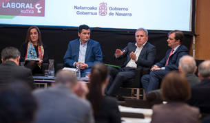 foto de María Victoria Iriarte (Sodena), Óscar Muguerza (Laboral Kutxa), José Javier Armendáriz (Clave Mayor) y Pablo Cámara (Sonagar), en la mesa de Pamplona Fórum.