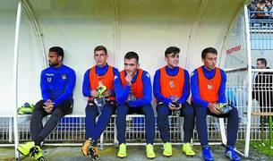 Aihen Muñoz, el segundo por la izquierda, sentado en el banquillo del partido de Tarbes.