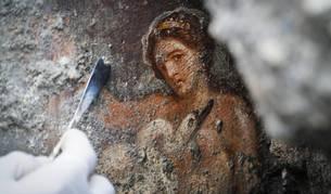Una arqueóloga trabaja el fresco de 'Leda y el cisne', descubierto en el Parque Arqueológico de Pompeya, Nápoles, Italia.