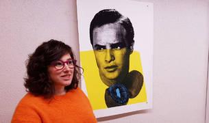 Araitz Urbeltz posa frente a las serigrafías de la exposición Dos miradas, en las que la artista convierte los alimentos en objetos de lujo en busca de una reflexión.