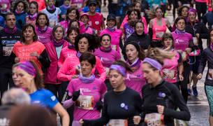 Participantes en la III Carrera de las Mujeres bajan por la calle Curia.