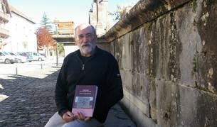 El investigador local Xabier Díaz Esarte posa con su nuevo libro sobre carreteras de Salazar.