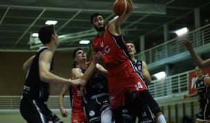 Rodrigo Gómez pelea por un balón ante la defensa del Juaristi, la pasada jornada en Arrosadía.