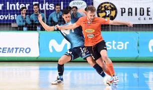 El pivot del Aspil-Vidal Pedro intenta salvar un balón ante un jugador rival en el Jorge Garbajosa.