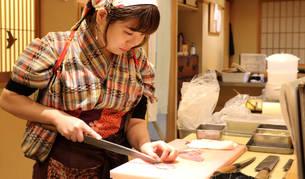 """La japonesa Yoshiaki """"Yuki"""" Chizui, gerente y vicepresidenta de Nadeshiko Sushi, prepara el pescado para el servicio de noche en el local del barrio de Akihabara, en Tokio (Japón)."""