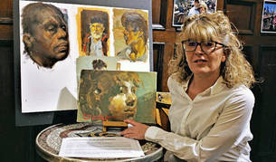 Diana Iniesta junto algunos de los retratos que presenta en la exposición Doce inviernos en Baztán.