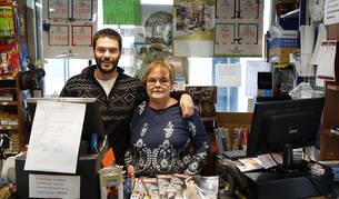 Foto de Isabel Isasi Barbier con su hijo Enrique Zabalza en la tienda de lotería, librería y papelería Roncal.