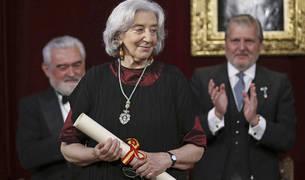 La poeta, ensayista y traductora Clara Janés, con su título de nueva académica de la Real Academia de la Lengua (RAE), durante el acto celebrado este sábado en Madrid.
