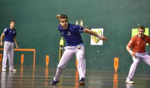 Iker Iribarria se prepara para golpear la pelota ante la mirada deIñaki Artola. Los azules estuvieron muy por encima de los rojos.