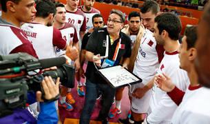 Valero Rivera da instrucciones a los jugadores de Qatar.