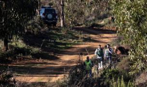 Efectivos de la Guardia Civil inspeccionan el paraje La Mimbrera en el término municipal de El Campillo (Huelva) donde se ha encontrado el cadáver de Laura Luelmo.