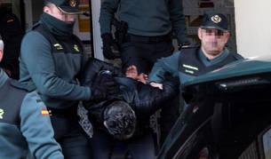 Bernardo Montoya, autor confeso de la muerte de la joven zamorana Laura Luelmo, ha dejado la Comandancia de la Guardia Civil de Huelva entre los gritos de indignación de decenas de vecinos.