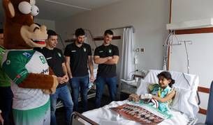 Los niños ingresados en el Complejo Hospitalario de Navarra han recibido este jueves, como ya es tradicional durante las fechas navideñas, la visita de varios jugadores del equipo de Balonmano Helvetia Anaitasuna.