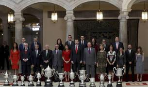 Los Reyes Felipe y Letizia posan junto a los Reyes eméritos Juan Carlos y Sofía en la foto de familia de la ceremonia de entrega de los Premios Nacionales del Deporte 2017 que ha tenido lugar hoy en el Palacio de El Pardo.