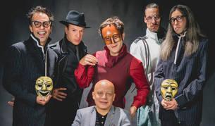 foto de los integrantes de Ron Lalá:  Miguel Magdalena (director musical), Juan Cañas (detective Noir), Daniel Rovalher (interpreta al Teatro), Íñigo Echevarría (Teniente Blanco) y Álvaro Tato (autor del texto). Sentado, Yayo Cáceres (director).