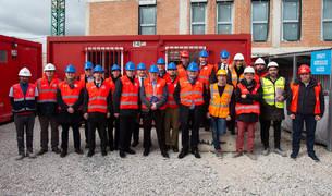 Foto de grupo de los participantes en la visita al edificio en construcción de Mutilva
