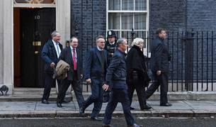 Los miembros del Comité 1922, que reúne a los diputados conservadores, Bob Blackman, Geoffrey Cliffton-Brown, Charles Walker, Nigel Evans, Cheryl Gullian y su presidente, Graham Brady, salen del número 10 de Downing Street tras reunirse este jueves con la primera ministra británica, Theresa May, en Londres, Reino Unido.