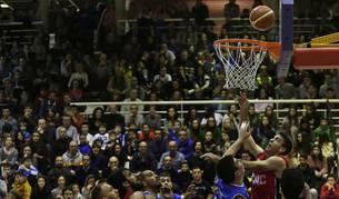Ambos equipos pelean por la posesión del balón, con el Polideportivo Arrosadía lleno.