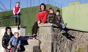 De pie, Ane Sanz Biana (5 años); sentada, su madre Iosune y su hermano Manex; a la derecha, Izaskun Aldaya, su hijo Eder Lorenzo (5 años) y Mikel Bidegain Biana, el tercero de los niños de 5 años de Oderitz.