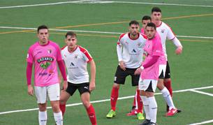 Toni Gabarre y David Soto, del Tudelano, siguen con la mirada una jugada ante el Vitoria.