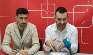 Ibai Crespo y el concejal Jorge Crespo, en la rueda de prensa de ayer en Estella.