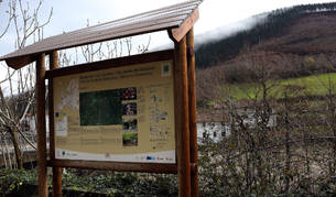 Un cartel promocional de la Vía Verde del Bidasoa, en el acceso a Igantzi y Arantza desde la N-121-A.