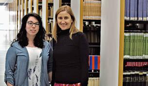 Inmaculada Pérez Martínez e Inmaculada Setuáin Mendía, en la biblioteca de la Universidad de Navarra.
