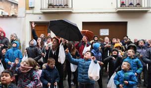 Decenas de vecinos se reunieron en la plaza del ayuntamiento para el lanzamiento de panes.