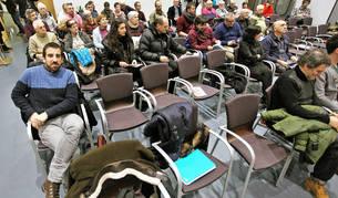 Parte del público asistente ayer, acomodado en una sala de la biblioteca de la Txantrea.