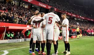 Los jugadores del Sevilla celebran el primer gol del equipo andaluz durante el encuentro correspondiente a la ida de los cuartos de final de la Copa del Rey que disputan frente al FC Barcelona en el estadio Sánchez Pizjuán de Sevilla.