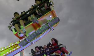 Varios niños disfrutan de una atracción en San Fermín de 2018.