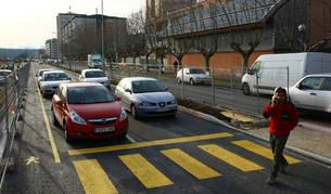 Un peatón pasa junto al paso provisional que se ha pintado en la avenida de Pamplona, ya abierta en los dos sentidos de la circulación. A la izquierda, la zona dibujada para peatones.