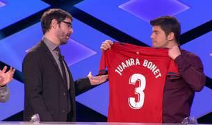 Manu Zapata entrega a Juanra Bonet la camiseta de Osasuna que le envió Pedro del Villar.