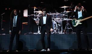 The 1975 actúan en los Brit Awards en el O2 Arena de Londres.