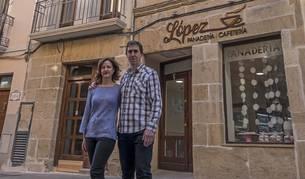 Raquel de Carlos Lanz y Javier López Barbarin, junto a Panadería López y a los dos números de Ruiz de Alda destinados a uso turístico.