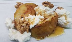 Foto de manzana asada con requesón , nueces y miel.