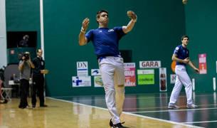 Iker Irribarria le suelta a la pelota en uno de los partidos que ha jugado en el frontón Labrit a lo largo de este Parejas 2019.