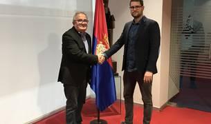 El presidente de la entidad rojilla, Luis Sabalza, y David Armendáriz, presidente del Servicio Municipal Lagunak, han rubricado este miércoles el acuerdo en El Sadar.