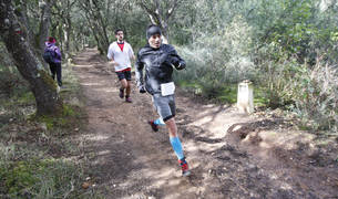 Dos participantes, bajando el pasado año de Montejurra en el tramo que comparte con el Camino de Santiago.