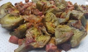 Alcachofas al horno con jamón, cebolla y pimentón.