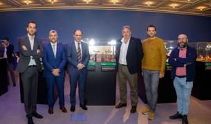 Foto de tras la firma, han visitado la exposición La historia de la ciencia en Plastilina, en el mismo Planetario.