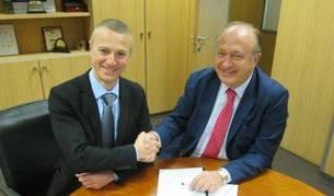 Foto de Massimiliano Bianchi (a la izquierda), director general del grupo Fosber, y José Miguel Guibert, director general de Tiruña, durante la firma del acuerdo.